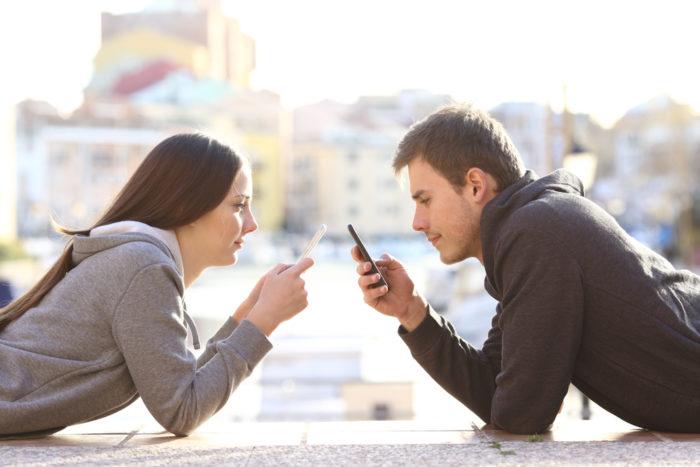 грати в мобільних телефонах з партнером