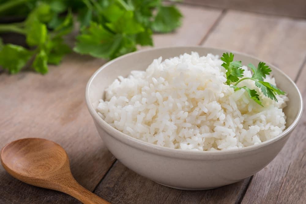 їдять білий рис